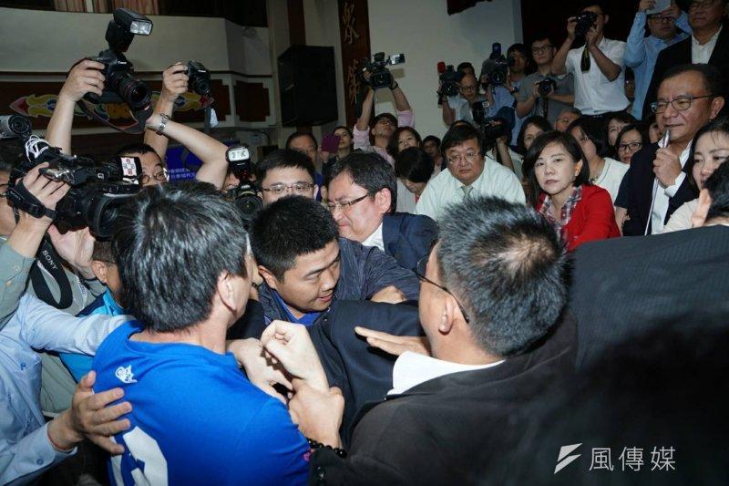 立法院經濟委員會審查前瞻基礎建設條例頻發生推擠,民進黨團書記長李俊俋僅對周四會議表示「看著辦」。(盧逸峰攝)