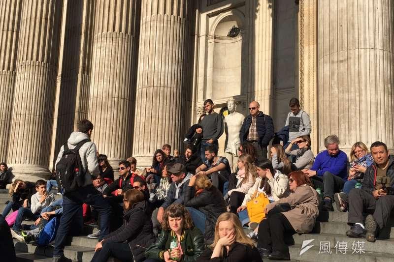 倫敦知名景點聖保羅大教堂突然出現一尊耶穌雕像,吸引遊客目光。(魏嘉瑀攝)