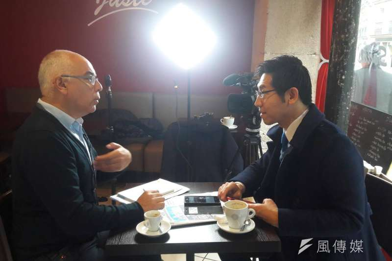 法國總統大選:極左派候選人梅蘭雄的國際事務主任(左)接受記者張經義(右)獨家專訪(張經義攝)