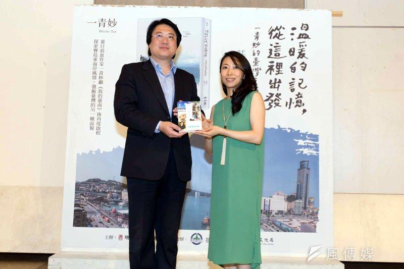 市長林右昌對顏家後代的新書,希望讀者用心閱讀。(圖/張毅攝)