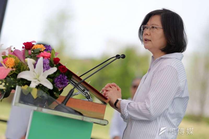 台灣指標民調公布「蔡英文總統執政滿週年民意調查」,調查顯示,即使有53.3%的民眾對蔡英文的執政表示不滿意,但仍有72.5%的泛綠民眾表示信任她。(總統府提供)
