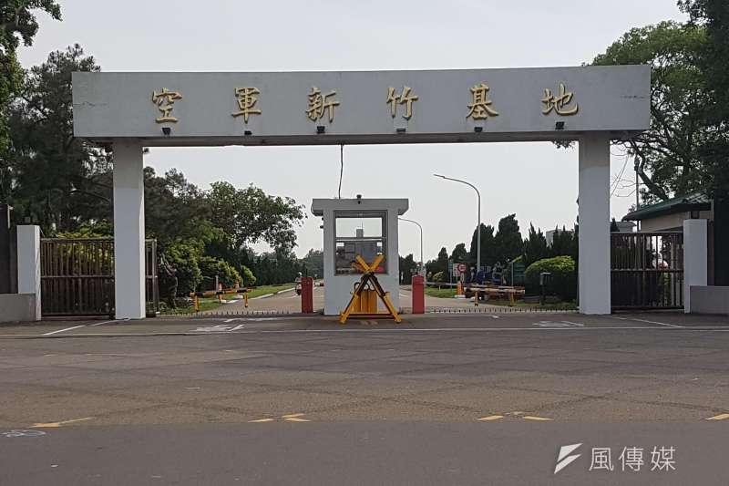 20日深夜新竹空軍基地附近傳出巨響,有網友以為是「對岸打來」,結果其實只是雷擊。(資料照,方詠騰攝)