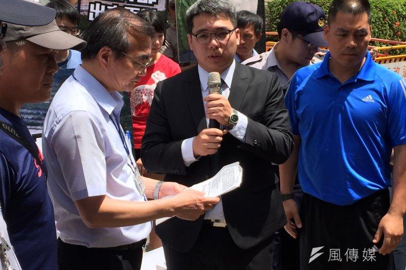 2017-05-09-地球公民基金會等環團於經濟部前抗議,呼籲速修《礦業法》,主秘徐銘宏出面接受陳情-杜兆倫攝