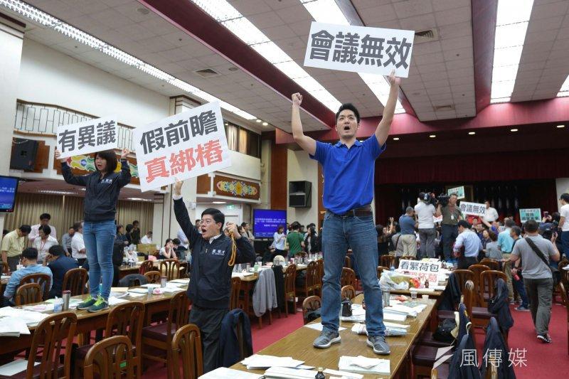 20170511-抗議前瞻基礎建設 國民黨立委蔣萬安站上桌。(顏麟宇攝)