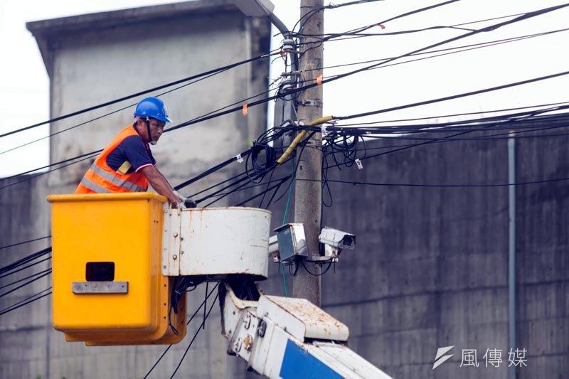 市府工務處清理多餘纜線,並以顏色區分使用單位。(圖/張毅攝)