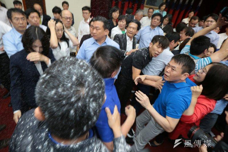 2017-05-11-立法院審查前瞻條例-藍委於主席台前抗議、激烈杯葛並灑太白粉02-顏麟宇攝