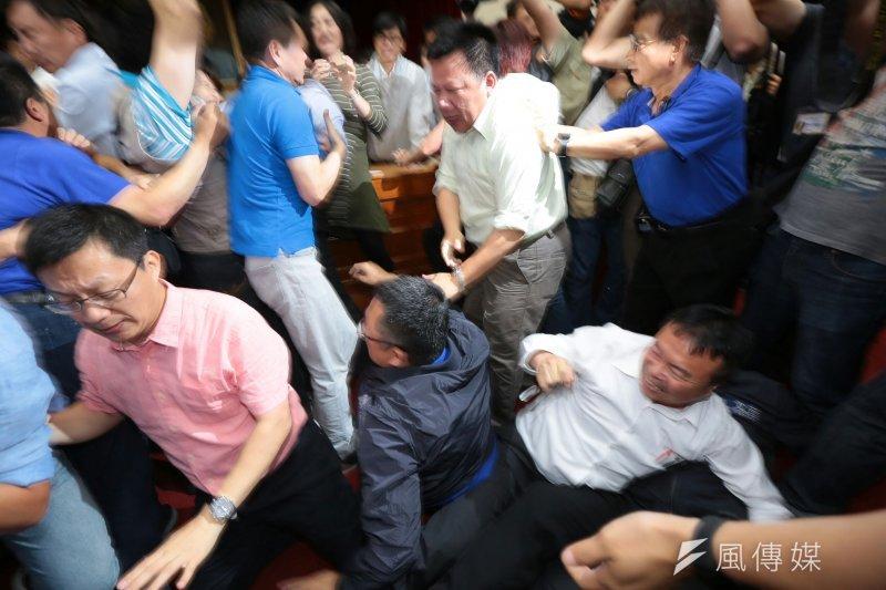 國民黨立委11日上午為杯葛前瞻基礎建設,於立院與民進黨立委爆發衝突。(顏麟宇攝)