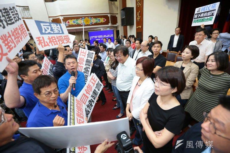 2017-05-11-立法院審查前瞻條例-藍委於主席台前抗議-顏麟宇攝