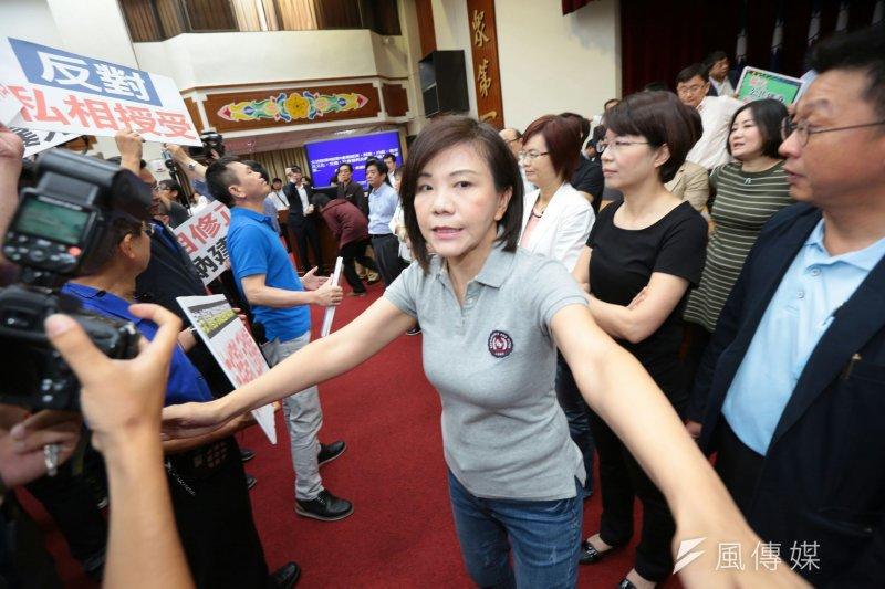 2017-05-11-立法院審查前瞻條例-綠委葉宜津不准媒體靠近主席台-顏麟宇攝