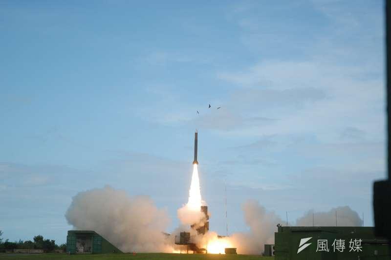 中科院6日在屏東九鵬基地進行飛彈試射,清晨6時許,擔任靶彈任務的天弓三型飛彈則自台東三仙台風景區發射,被民眾目擊。圖為弓三飛彈垂直發射。(資料照,取自中科院)