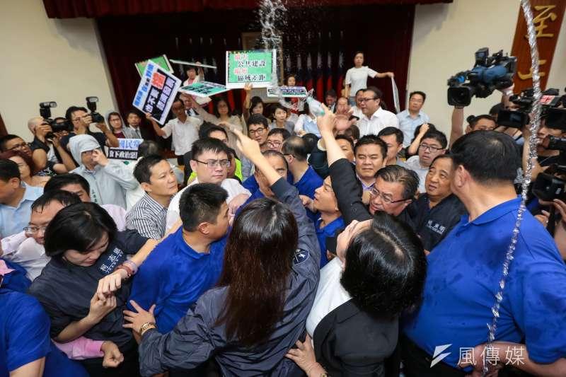 前瞻計劃是為台灣?為選舉?圖為藍綠兩黨立委為了前瞻計劃於主席台前發生激烈推擠,並不斷向主席台潑水。(資料照片,顏麟宇攝)