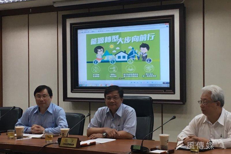 圖左至右:能源局長林全能、經濟部長李世光、台電董事長朱文成。(尹俞歡攝)