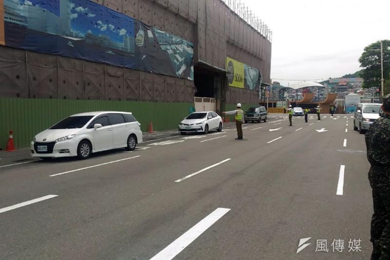 萬安演習期間仍有不少車輛自高速公路下來,被引導到地下停車場。(圖/張毅)