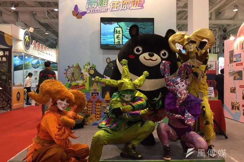 新聞局長王淺秋澄清,高雄市府各局處有不同吉祥物,高雄熊(後右二)代表觀光局。(資料照,龔傑森攝)