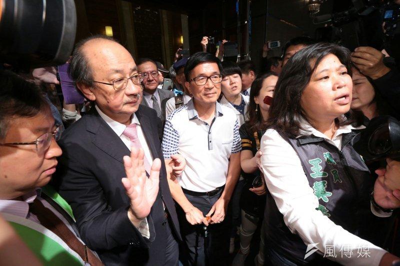 20170519-凱達格蘭餐會登場,前總統陳水扁(中)在立委柯建銘攙扶下入場。(顏麟宇攝)