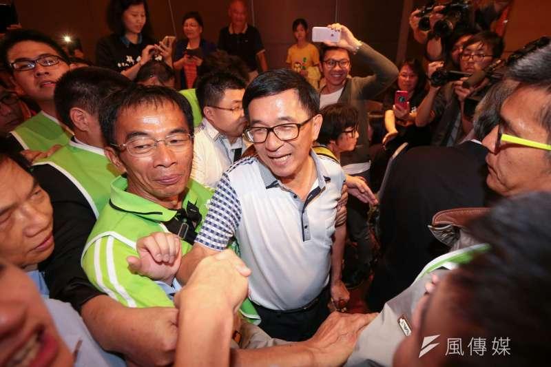 凱達格蘭餐會登場,前總統陳水扁(中)在立委柯建銘攙扶下前往樓上會場。(顏麟宇攝)