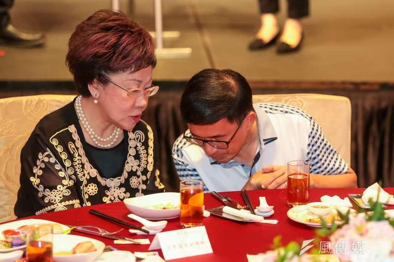 圖為前總統陳水扁出席凱達格蘭基金會募款餐會,與同坐主桌的ˊ前副總統呂秀蓮交談。(顏麟宇攝)