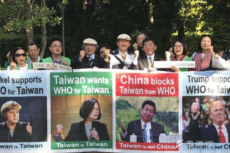 WHA今日開幕,現場一度傳出「今天台灣人都不准進入」,更有民團旁聽證更遭沒收,經外交人員協調後才有5人得以入場旁聽。圖為世衛宣達團召開記者會,抗議WHO技術性排除台灣人民旁聽。(世衛宣達團提供)