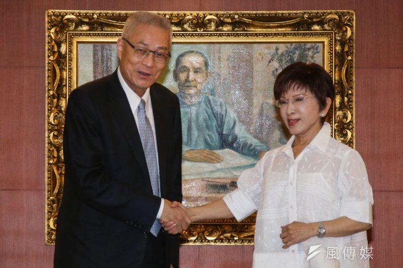 國民黨新舊任黨主席吳敦義(左)和洪秀柱(右)表面上歡顏談「團結」,實際上卻連交接日期都談不攏。(陳明仁攝)