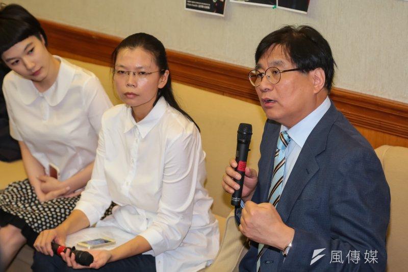 台灣關懷中國人權聯盟理事長楊憲宏23日出席召開「李明哲國際救援小組返台記者會」,李凈瑜到場。(顏麟宇攝)