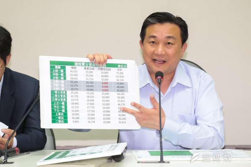 20170523-民進黨立委王定宇23日召開「強化台灣國防,改善制度留下基層尉級軍官」記者會。(顏麟宇攝)