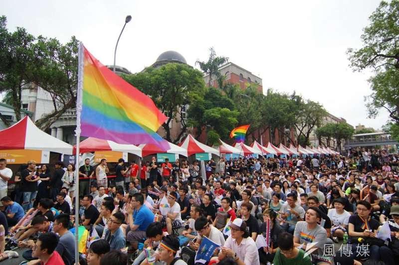 大法官24日宣告民法婚姻規定,未能使同性別2人結合,違反憲法婚姻自由還有平等權保障,有關機關應該於2年內檢討改進。圖為青島東路上聚集許多挺同民眾等待釋憲結果。