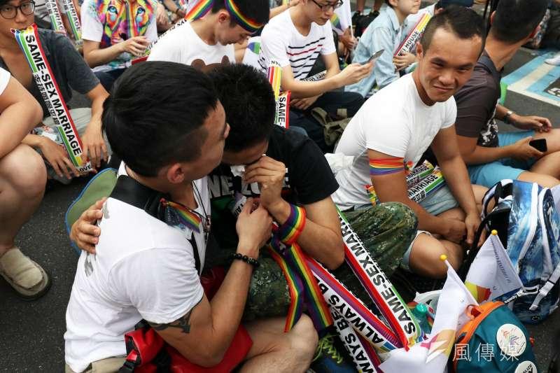 大法官宣告民法婚姻規定,未能使同性別二人結合,違反憲法婚姻自由還有平等權保障,有關機關應該於2年內檢討改進。青島東路挺同民眾感動落淚。(蘇仲泓攝)