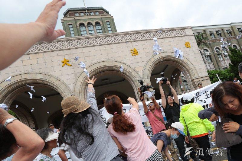 幸福盟等多個反同團體25日於司法院外抗議,釋憲案出爐後現場情緒激動。(顏麟宇攝)