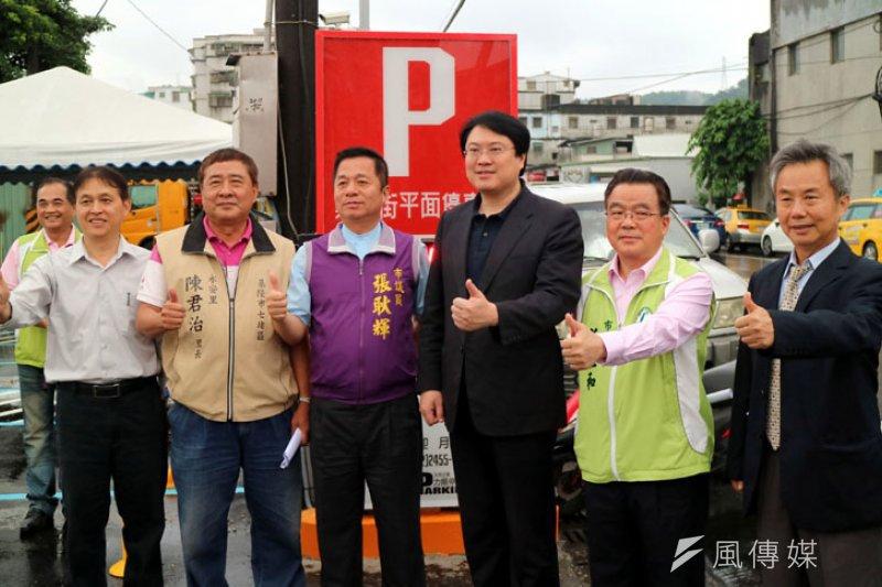市長及議員等人視察崇孝街停車場整建工程。(圖/張毅攝)