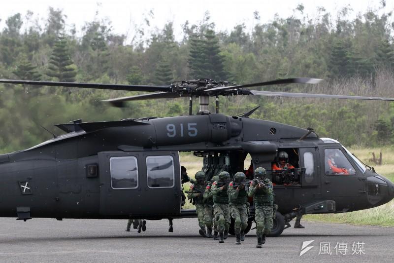 「漢光33號」三軍聯合反登陸實兵操演25日在澎湖登場,空中突擊應援作戰 黑鷹直升機搭載特戰官兵著陸(蘇仲泓攝)