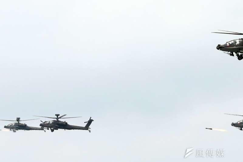 「漢光33號」三軍聯合反登陸實兵操演25日在澎湖登場,阿帕契攻擊直升機 發射地獄火飛彈(蘇仲泓攝)