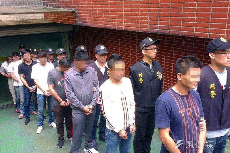 警方逮捕暖暖組合楊姓首腦等黑幫成員。(圖/張毅攝)