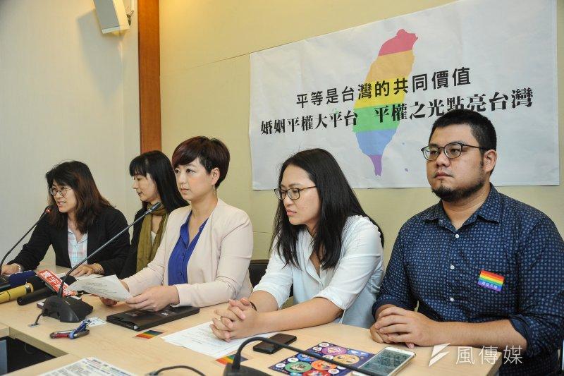 挺同人士在「婚姻平權大平台  平權之光點亮台灣」記者會上表示,釋憲前的民調有60%的民眾支持婚姻平權,其中大部分都有傾向民進黨、蔡英文的傾向,顯示首長、立委們都有厚實的民意基礎。(甘岱民攝)