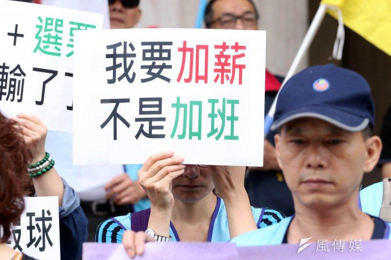 勞工團體上午在立法院外照開「反對勞基法再改惡!拒絕工時銀行!」記者會。(蘇仲泓攝)
