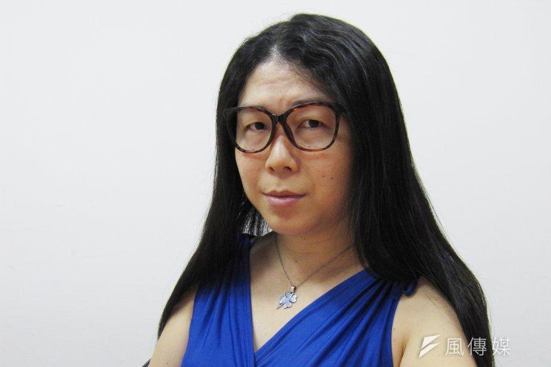 台灣性別不明關懷協會秘書長葉若瑛說,台灣政府還在「強迫」想要變更法律性別的國民必須動手術,「真是有夠野蠻、落後!」 。(黃天如攝)