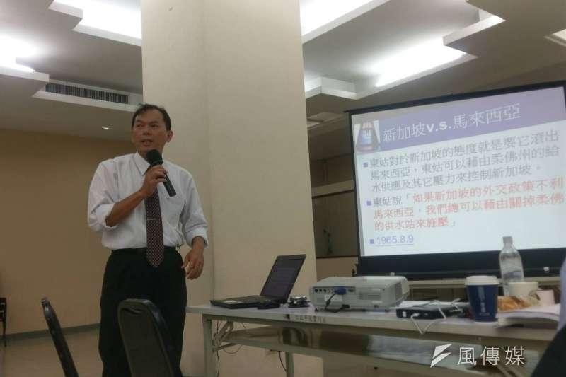 國家展望基金會在27日舉辦「小國立國之道學術研討會」,崑山科技大學公廣系副教授范盛保表示,新加坡這個國家,沒有甚麼特別的政策,就是專制與獨裁,還有不親美不親中就是「親新加坡」。(陳俐穎攝)