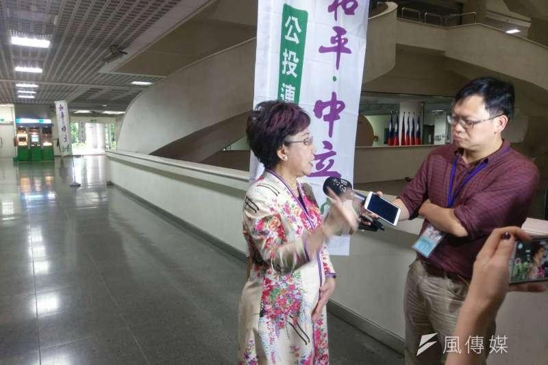 前副總統呂秀蓮(左)在出席「小國立國之道學術研討會」前提出自己先前的例子,表是在美麗島事件時,她的自白書就是由他人寫好,要她在上面簽名,所以她質疑,李明哲自白書的真實性還有待驗證。(陳俐穎攝)