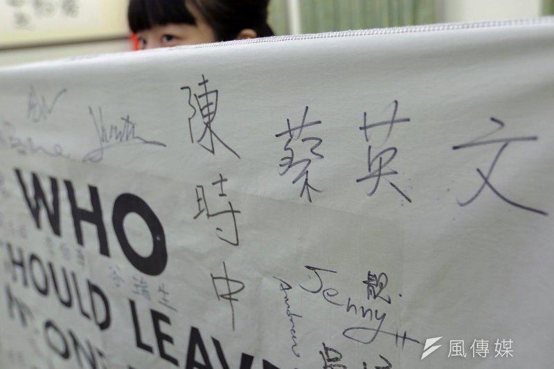 總統蔡英文接見衛福部長陳時中率領的「台灣世衛行動團」,與團員一一握手致意,肯定此行成功讓世界了解,台灣能夠為全球衛生安全做出實質貢獻。(總統府提供)