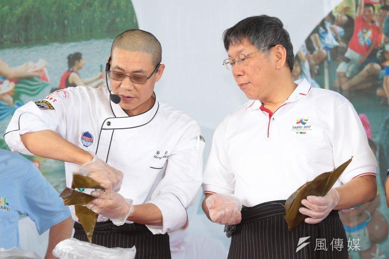 台北市長柯文哲29日出席「2017台北國際龍舟錦標賽」,現場體驗包粽子,並為選手加油打氣。(顏麟宇攝)