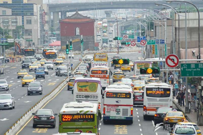 2017-05-30-端午連假即將結束,台北車站周邊出現收假人潮、車潮04-路況配圖-盧逸峰攝
