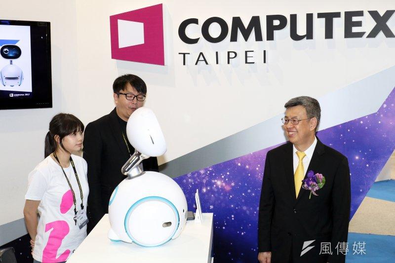 副總統陳建仁出席「2017年台北國際電腦展(COMPUTEX 2017)」開幕典禮,並於會後參觀展場內各項科技產品。圖為陳建仁與機器人互動。(蘇仲泓攝)