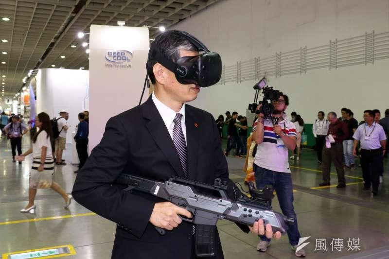 20170530-「2017年台北國際電腦展(COMPUTEX 2017)」上午舉行開幕典禮,廠商現場提供VR虛擬實境系統,供來賓體驗。(蘇仲泓攝)