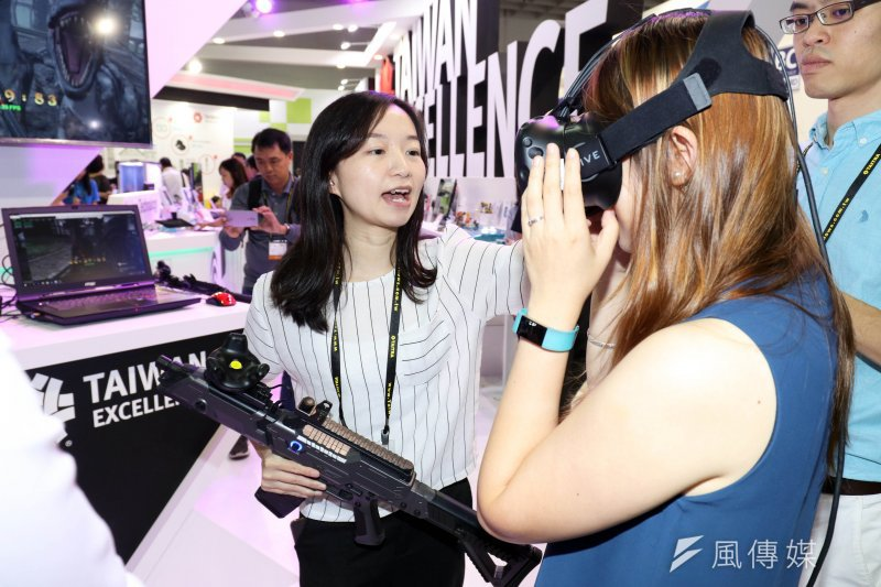 「2017年台北國際電腦展(COMPUTEX 2017)」上午登場,吸引許多民眾、廠商到場參觀。圖為廠商提供的VR虛擬實境系統,供來賓現場體驗。(蘇仲泓攝)