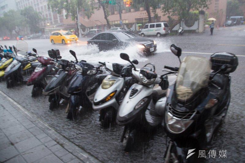20170602-台北市2日暴雨,濟南路一度淹水淹至腳踝,車輛濺起大片水花。(顏麟宇攝)