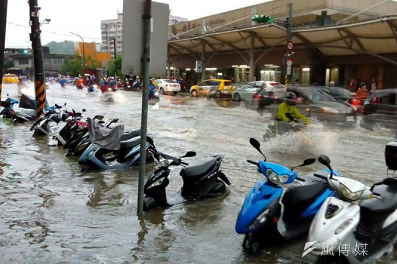 基隆八堵火車站前,一早就開始淹水。(圖/張毅攝)