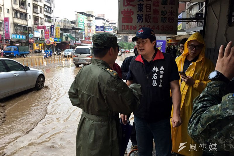 市長林右昌到基金一路視察災害整理進度。(圖/張毅攝)