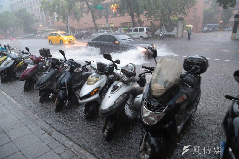 今(2)日暴雨侵襲北台灣,也讓地方首長們再度面臨放不放假的難題。(顏麟宇攝)