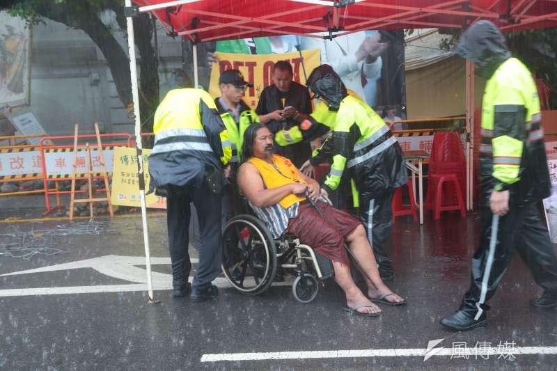 20170602-警方將總統府前的原住民族抗議處拆除 輪椅的布農族歌手那布被警方帶離。(顏麟宇攝)