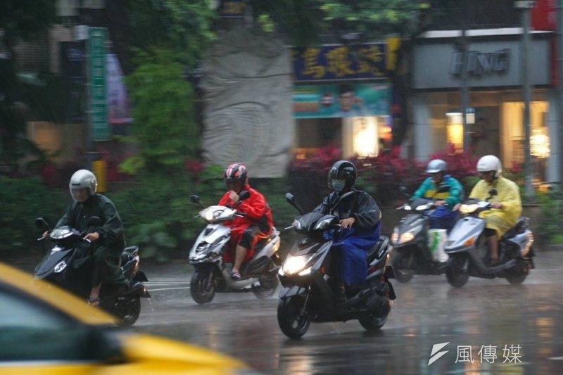 氣象局表示,從今(16)日起至21日一連6天台灣都會出現強降雨,請民眾多多留意。(資料照,盧逸峰攝)