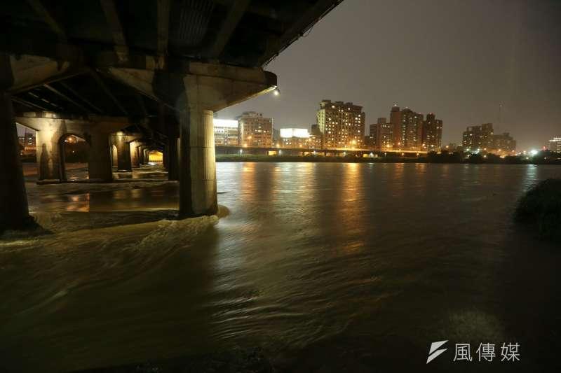 連續兩天暴雨過後,新店溪水暴漲。六二暴雨。(顏麟宇攝)